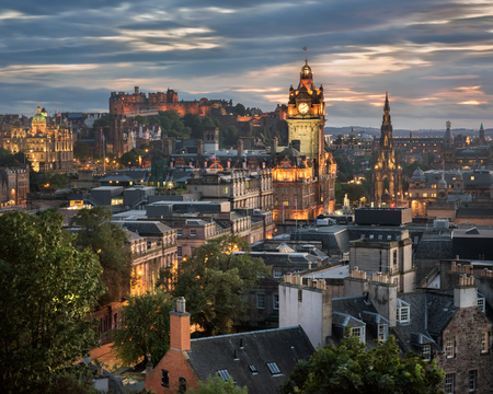 夕暮れのカールトンヒルからエディンバラの眺め、スコットランド、イギリス