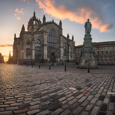 聖ジャイルズ大聖堂と朝、エジンバラ、スコットランド、イギリスのウォルター ・ スコット記念塔のパノラマ