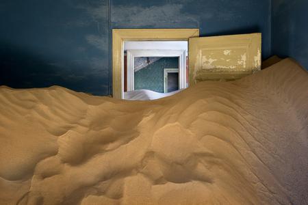 廃屋ゴースト町コルマン スコップ、ナミビアで砂だらけ