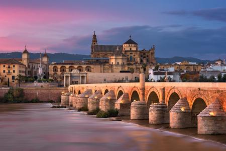 ローマ橋と夕日、アンダルシア、スペイン コルドバ スカイライン 写真素材