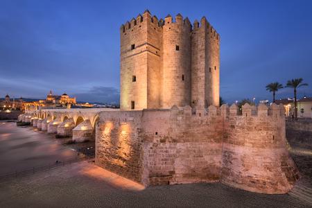 ローマ橋と夕方には、アンダルシア、スペイン コルドバ スカイライン