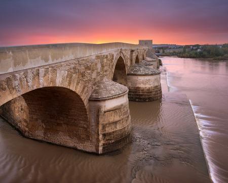 日の出のローマ橋、コルドバ、アンダルシア、スペイン 写真素材