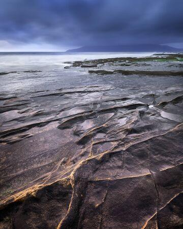 夕方のロッキービーチ、アイグ島、スコットランド、イギリス