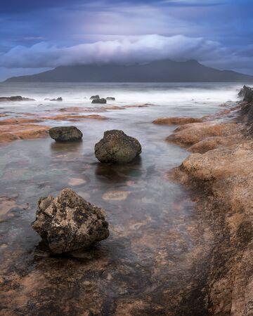 午前中のロッキービーチ、Eigg 島、スコットランド、イギリス 写真素材