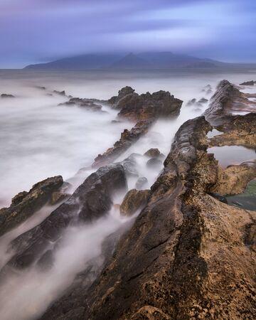 イギリスの朝は、Eigg、スコットランドの島の岩のビーチ