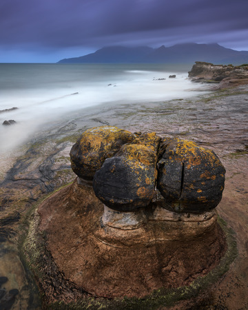 Rocky Beach in the Evening, Isle of Eigg, Scotland, United Kingdom Archivio Fotografico