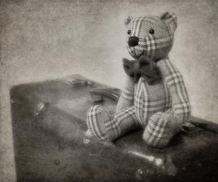oso de peluche: Vintage estilo del oso de peluche y una maleta vieja con textura blackground