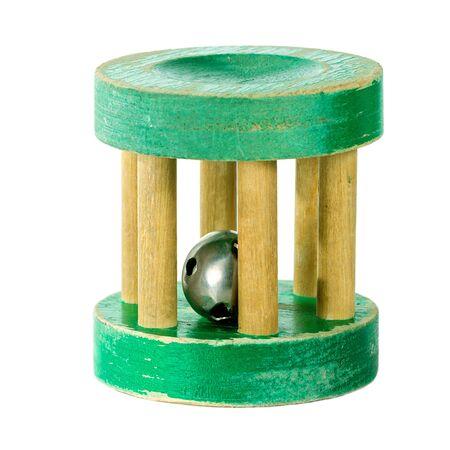 sonaja: Antiguo carraca de madera verde aislado en blanco
