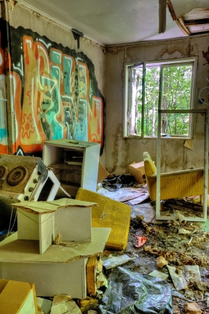 habitacion desordenada: Abandonado, casa sucia y destrozada interior con graffiti en las paredes