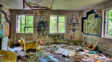 habitacion desordenada: Abandonado, casa sucia y destrozada interior con graffifi en las paredes Foto de archivo