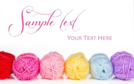 hilo rojo: Colecci�n de bolas de colores de hilo de lana aislado en blanco