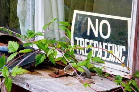 no trespassing: No hay se�ales allanamiento a la ventana de un edificio abandonado