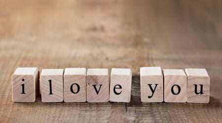 te amo: Mensaje Te amo escrito en bloques de madera con copia espacio Foto de archivo