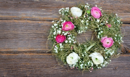 buttercup flower: Pink and white summer flower wreath on wooden rustic background Stock Photo
