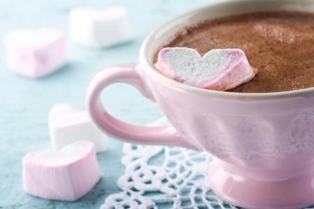 Heiße Schokolade und eine herzförmige Marsmallow in einem Vintage-rosa Tasse Standard-Bild - 18837417