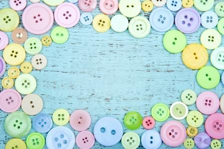 Pastel farbigen Tasten auf einem blauen hölzernen shabby chic Hintergrund - Nähen Hintergrund mit Kopie Raum Standard-Bild - 18837526