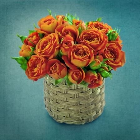 rosas naranjas: Ramo de rosas de color naranja en un florero sobre fondo azul de la vendimia elegante lamentable