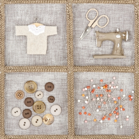 machine a coudre: Articles de couture - ciseaux, machine � coudre, boutons, chemise - sur fond de toile rustique