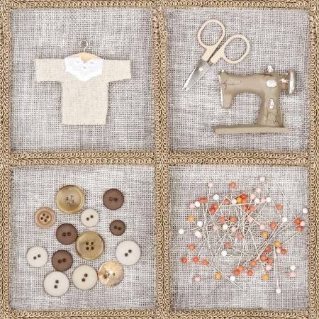 sew: Naai items - schaar, naaimachine, knopen, overhemd - op rustieke linnen achtergrond