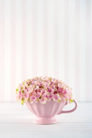 Roze hortensia bloemen in een shabby chic mok op pastel vintage achtergrond met een kopie ruimte Stockfoto - 19541438