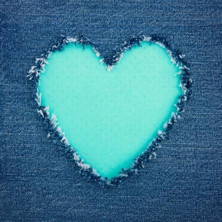 데님 청바지 직물, 낭만적 인 사랑의 개념 배경에서 찢어진 복사 공간을 블루 빈티지 심장 모양