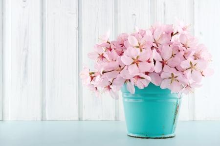 라이트 블루 빈티지과 흰색 나무 배경에 분홍색 벚꽃 꽃 꽃다발