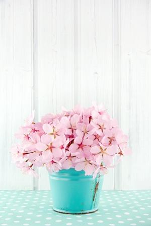 라이트 블루 빈티지와 흰색 나무 배경에 핑크 벚꽃 꽃 꽃다발