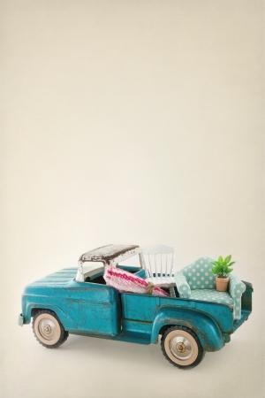 camioneta pick up: Antiguo cami�n del juguete del vintage lleno de muebles - m�vil concepto casas y espacio de la copia