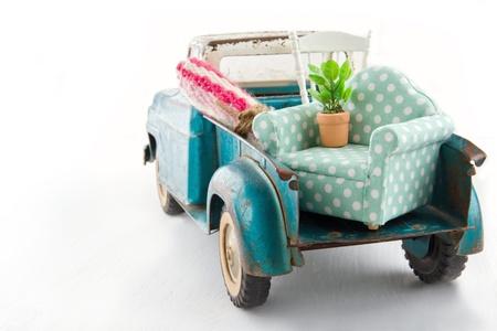 가구로 포장 된 오래 된 빈티지 장난감 트럭 - 이동 주택 개념