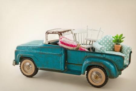 juguetes antiguos: Antiguo cami?n del juguete del vintage lleno de muebles - m?vil concepto casas