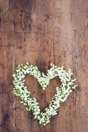 소박한 나무 배경에 계곡의 lilys의 심장 꽃 화환 스톡 콘텐츠