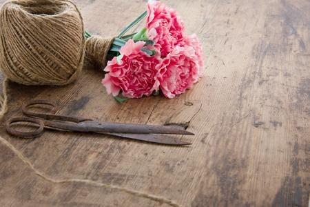 antique scissors: Bouquet di fiori di garofani rosa con le vecchie forbici antiche arrugginite e palla di spago marrone