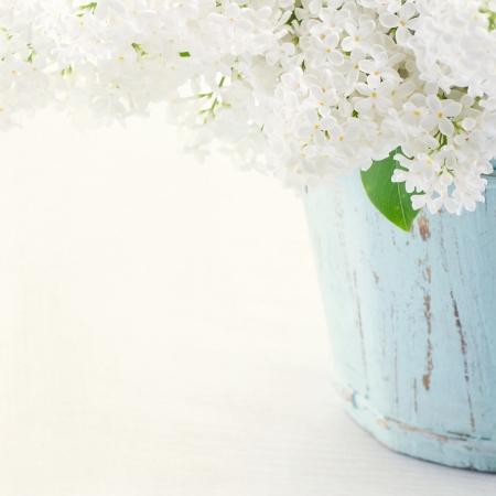 빛 초라한 세련된 배경에 나무 푸른 꽃병에 흰색 라일락 봄 꽃의 꽃다발 스톡 콘텐츠
