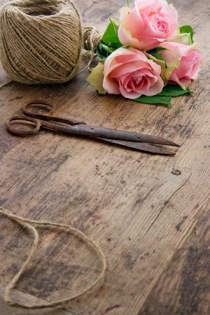 antique scissors: Bouquet di rose rosa fiori con le vecchie forbici antiche arrugginite e palla di spago marrone
