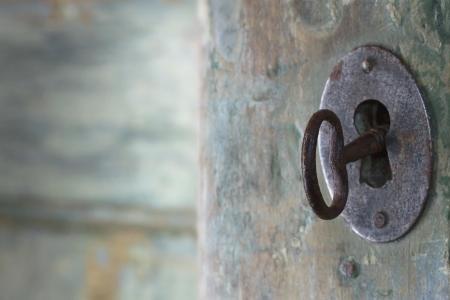 puerta abierta: Old apertura de la puerta antigua de madera verde con la luz que brilla a través