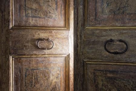 빛을 통해 빛나는 오래 된 나무로되는 문 개방
