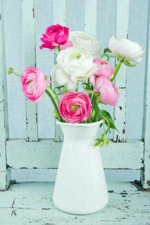 라이트 블루 빈티지 의자에 흰색과 핑크 꽃 꽃 스톡 콘텐츠
