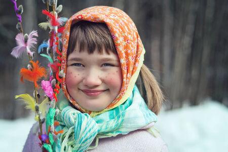 イースターの装飾が施されたヤナギ brances スカンジナビア伝統、イースター魔女に扮した少女