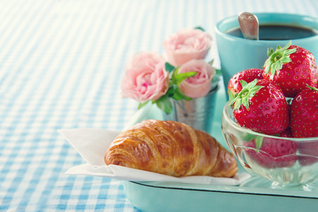 Breakfast in bed - mother's day tray with food and flowers Standard-Bild