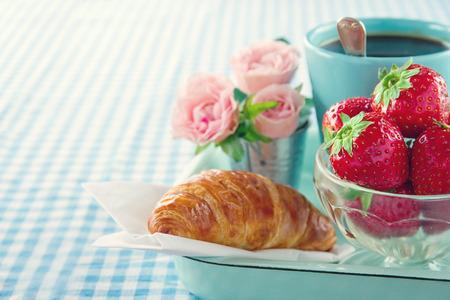 Frühstück im Bett - der Tag der Mutter Tablett mit Essen und Blumen