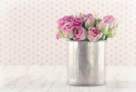질감 부드러운 꿈꾸는 편집 나무 빈티지 배경에 금속 주석 컵에 장미 로맨틱 꽃다발 스톡 콘텐츠