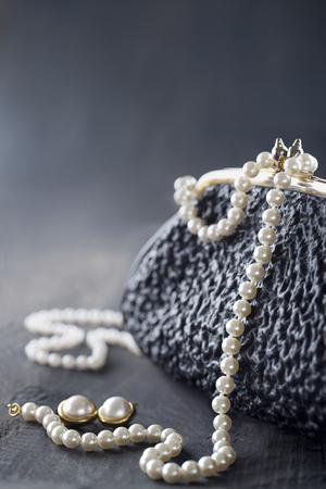 Oude elegante vintage handtas uit de jaren 1950 met luxe parels op zwarte achtergrond voor kopie ruimte Stockfoto