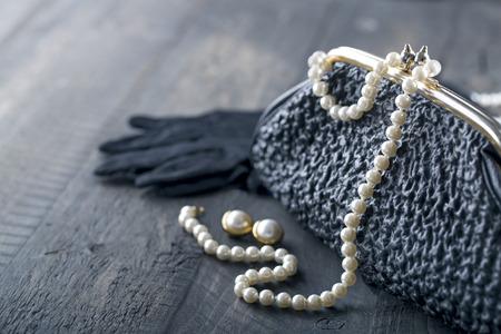 豪華な真珠と黒の背景にコピー スペースのためのイヤリング 1950 年代からの古いエレガントなビンテージ ハンドバッグ