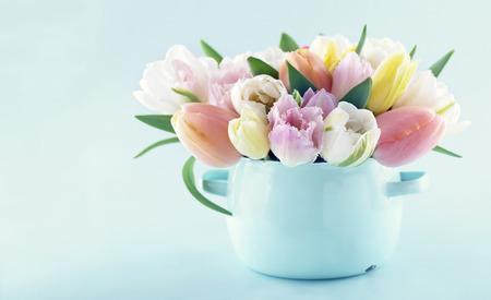복사 공간이 빛 블루 파스텔 배경에 빈티지 꽃병에 봄 튤립의 꽃다발