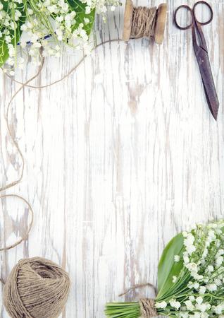 Maiglöckchen Blumen auf weißem Vintage-Holz-Hintergrund mit Kopie Raum Standard-Bild - 38719553