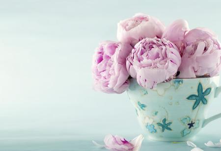 헷갈리는 빈티지 편집과 밝은 파란색 빈티지 배경에 장식 컵에 분홍색 모란 꽃 스톡 콘텐츠 - 38719628