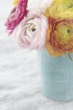 Boeket van kleurrijke ranunculus bloemen met vintage gestructureerde achtergrond