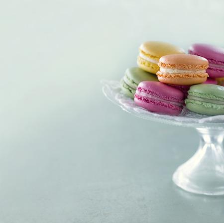 Kleurrijke macarons op een dienblad met wazige pastel vintage editing Stockfoto
