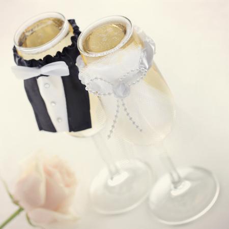 Champagne glazen voor de bruid en bruidegom, huwelijks-concept Stockfoto