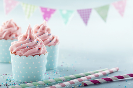 Pink frosted cupcakes op lichtblauwe achtergrond Stockfoto